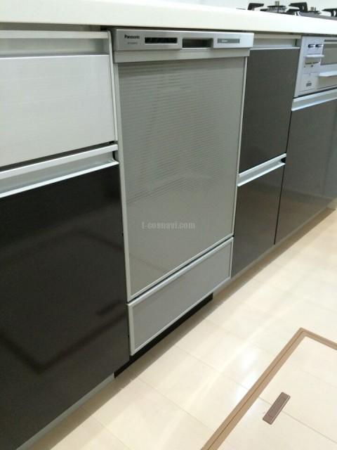 ファーストプラス社システムキッチンの中央に付いている幅750㎜キャビネットを撤去してビルトイン食洗機を設置する工事